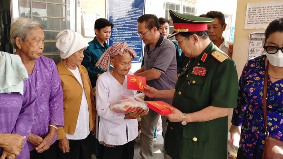 Tặng 100 phần quà Tết các gia đình nạn nhân chất độc da cam/dioxin tại Long An