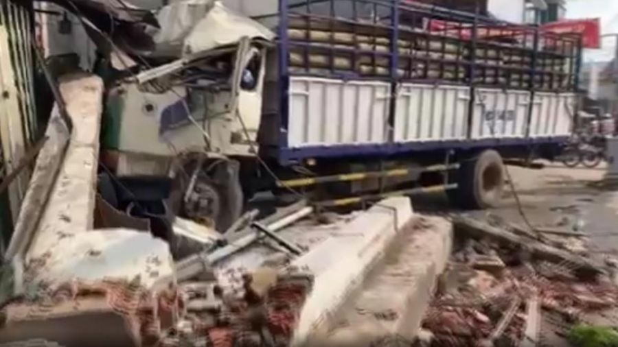 Xe tải 'điên' tông va kinh hoàng khi đang lưu thông trên quốc lộ