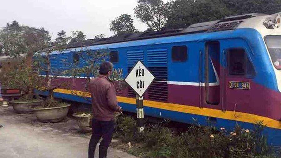 Đi bộ qua đường sắt, người phụ nữ bị tàu tông tử vong