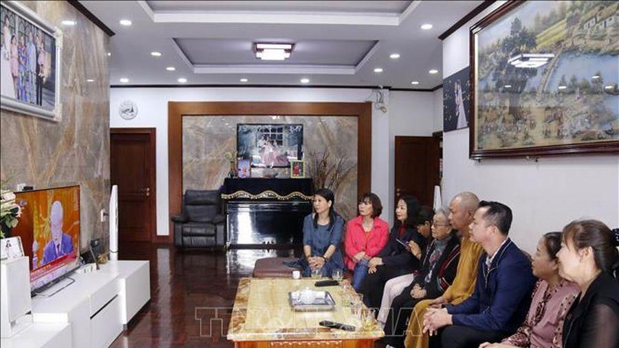 Việt kiều tại Viêng Chăn quan tâm theo dõi phiên khai mạc Đại hội Đảng