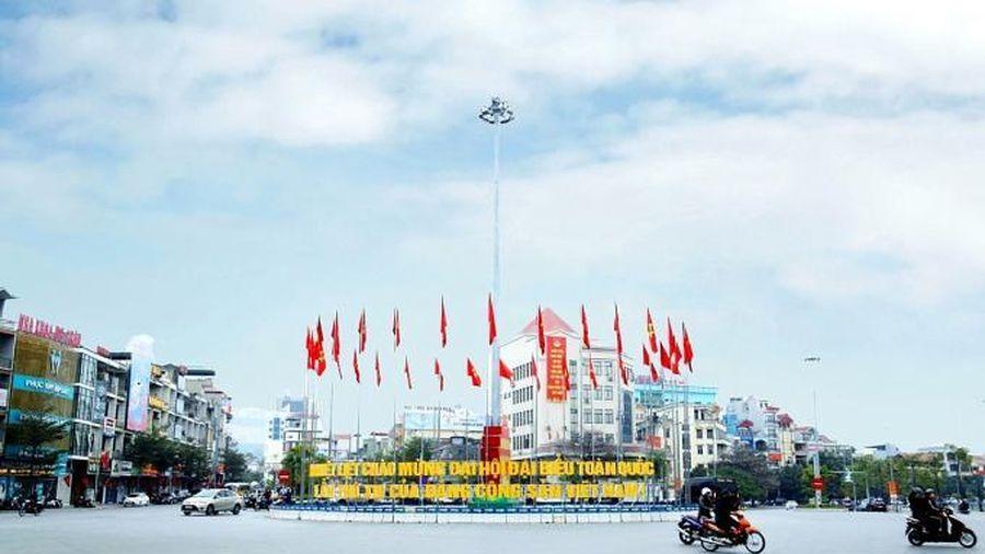 Quảng Ninh: Lung linh, rực rỡ cờ hoa chào mừng Đại hội đại biểu toàn quốc lần thứ XIII của Đảng