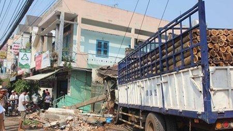 Xe tải mất lái gây tai nạn liên hoàn 'ủi sập' nhà dân