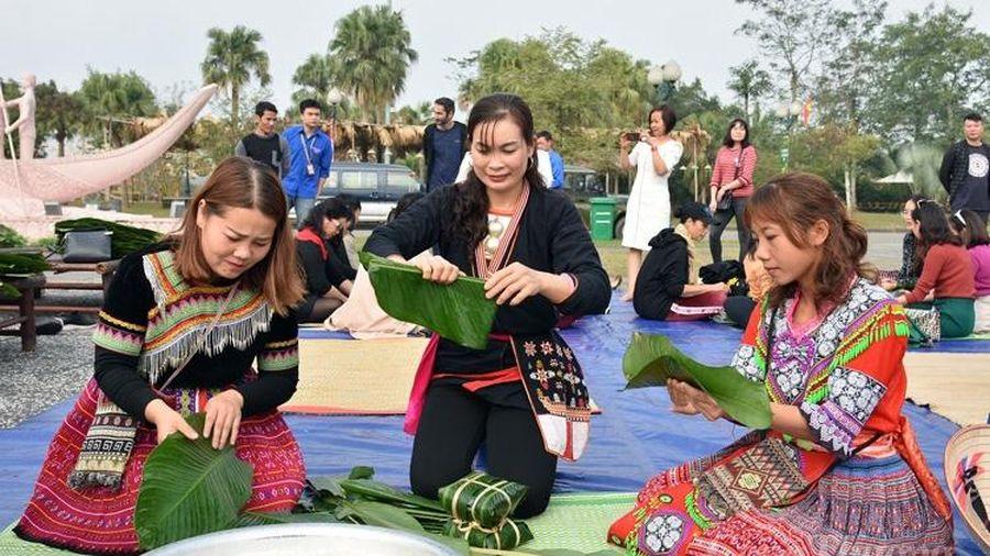 Gói bánh chưng xanh cùng người nghèo ăn Tết tại Hà Nội