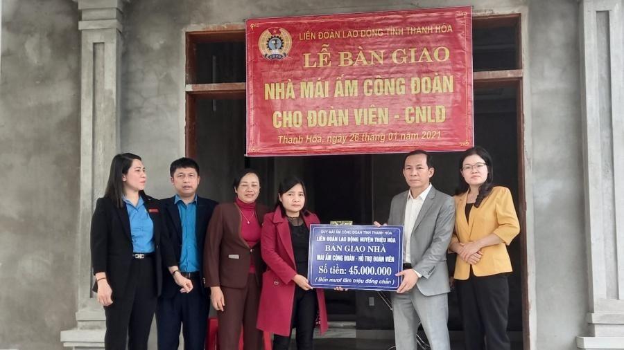 Chủ tịch Liên đoàn Lao động tỉnh Võ Mạnh Sơn trao kinh phí hỗ trợ xây dựng 'Mái ấm Công đoàn' cho đoàn viên khó khăn