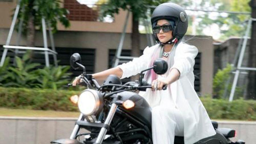 Hoa hậu H'Hen Niê thi rớt bằng lái xe, dân mạng càng có cớ để tự an ủi bản thân