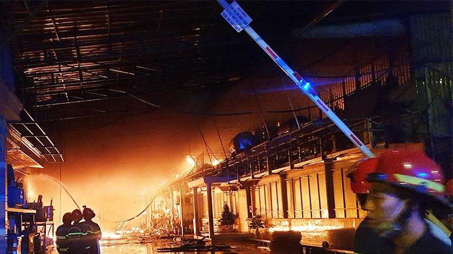 Đám cháy kho ven quốc lộ ở Hóc Môn: Đến sáng vẫn còn cháy