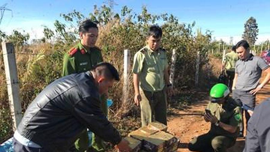 Gia Lai: Truy tìm đối tượng vận chuyển trái phép 82 kg pháo