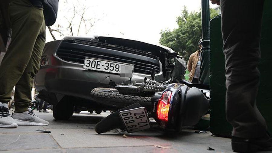 Tai nạn giao thông mới nhất hôm nay 27/1: Ô tô cuốn xe máy vào gầm, một phụ nữ tử vong