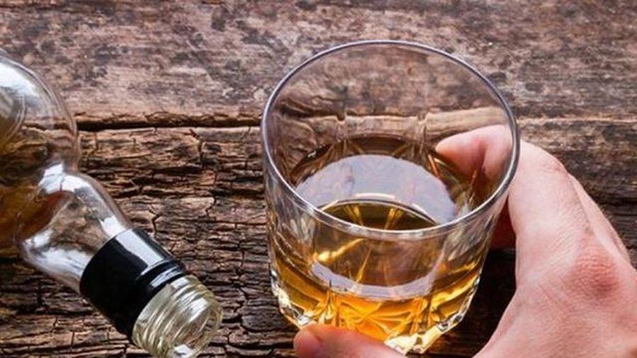 Người đàn ông 40 tuổi có dấu hiệu hoang tưởng sau khi uống rượu