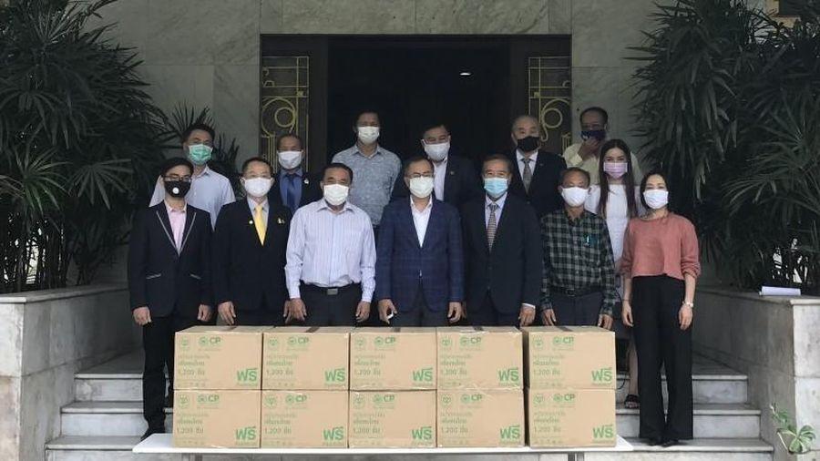 Đại sứ quán Việt Nam tại Thái Lan trao tặng khẩu trang y tế cho cộng đồng người Việt