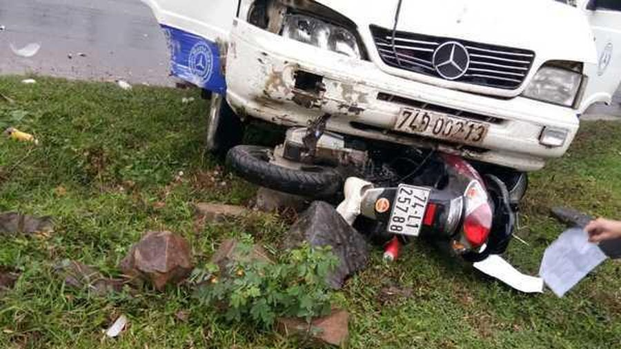 Ô tô cuốn xe máy vào gầm,1 phụ nữ tử vong
