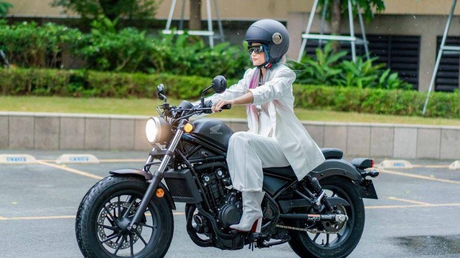 H'Hen Nie vẫn tươi cười chụp hình với fan dù thi rớt bằng lái xe