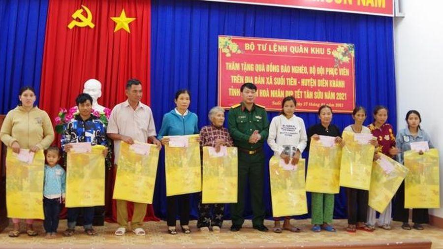 Trao quà Tết của Quân khu 5 cho đồng bào nghèo xã Suối Tiên
