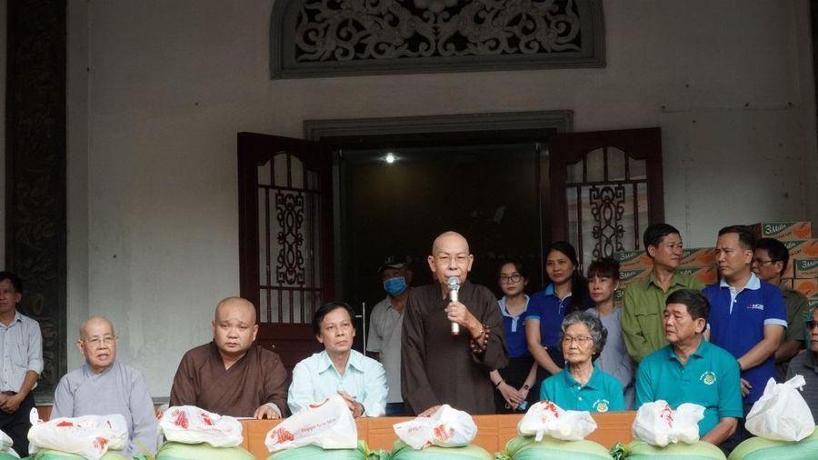 Ban Từ thiện Phật giáo TP.HCM trao quà Tết tại chùa Phổ Quang