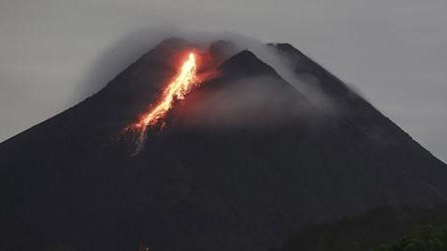 Dòng sông dung nham từ ngọn núi lửa hoạt động mạnh nhất Indonesia