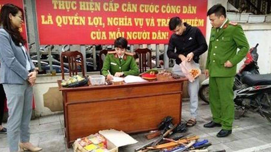 Người dân giao nộp băng đạn súng AK và nhiều pháo hình lựu đạn