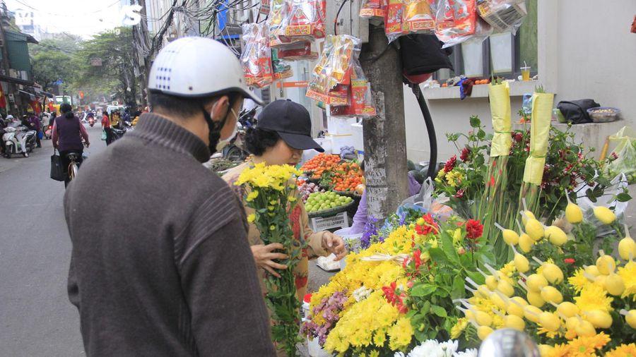 Người Hà Nội tất bật mua sắm đồ lễ cúng rằm cuối cùng của năm Canh Tý