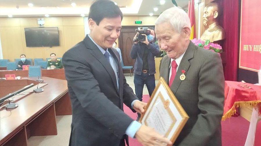 Trao Huy hiệu 75 năm tuổi Đảng cho đảng viên lão thành