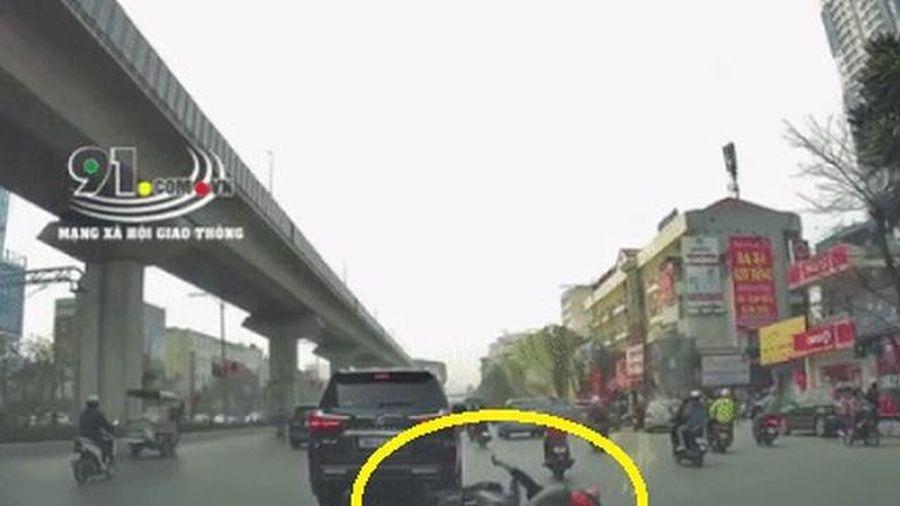 Mải nhìn điện thoại, nam shipper đâm vào xe sang Lexus