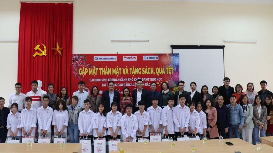 Chi đoàn Báo Pháp luật Việt Nam tặng sách, quà Tết cho các em học sinh có hoàn cảnh khó khăn