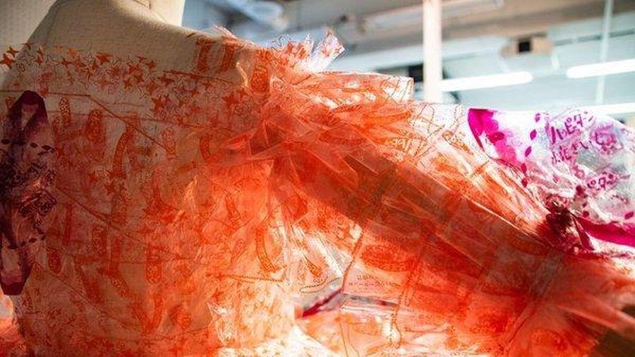 Độc đáo với loạt váy làm từ hàng nghìn vỏ gói bánh quy