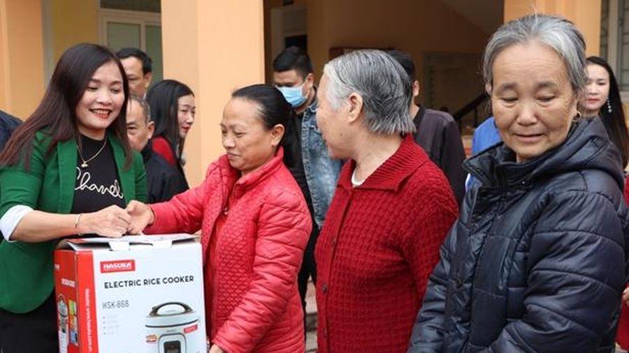 Trao 300 nồi cơm điện trị giá 300 triệu đồng cho người dân Vũ Quang