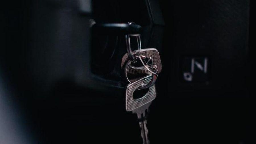 Bị tổn thương lưng vì cúi xuống nhặt chìa khóa xe công ty, nam nhân viên có hành động gây tranh cãi