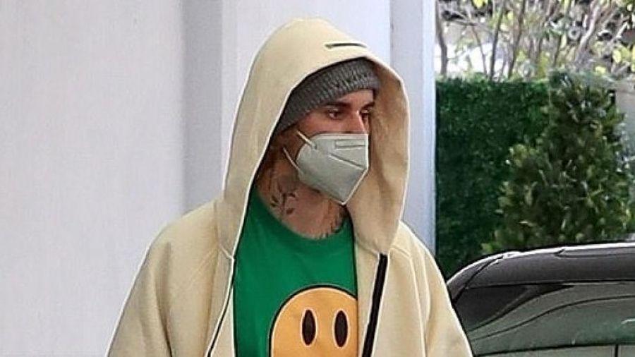 Vợ chồng Justin Bieber mặc đồ màu xanh lá cây nổi bật đi dạo chơi