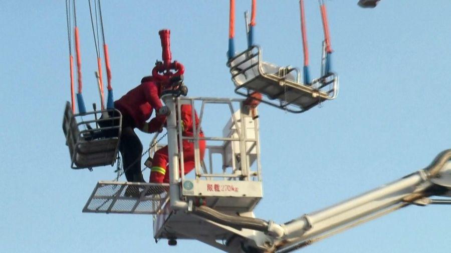Giải cứu 35 du khách mắc kẹt trên đu quay