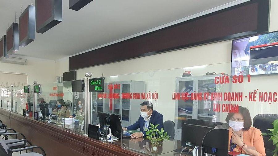 Nhiều cơ quan hành chính Hà Nội niêm yết lệch múi giờ làm việc