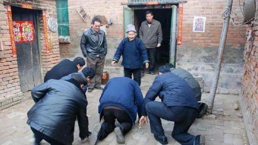 Blogger Trung Quốc bị đe dọa vì phản đối tục lệ quỳ trước người già