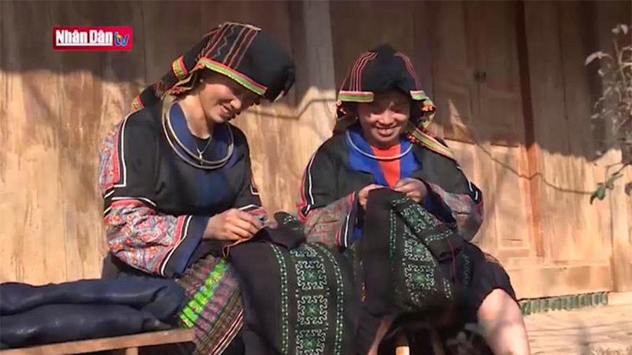 Vẽ sáp ong trên trang phục của người H'Mông
