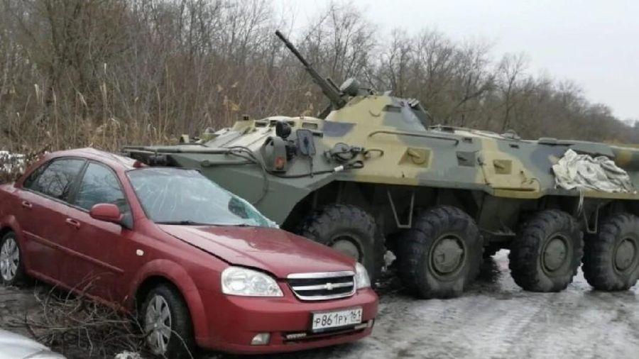 Xe bọc thép BTR-80 của Nga mất lái đè bẹp ô tô trên đường