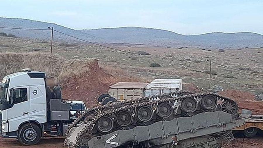 Xe tăng Israel lật ngửa khi chạy lên xe tải chuyên dụng