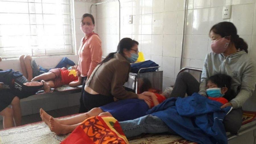 Hàng chục học sinh nhập viện sau buổi ăn trưa, nghi do ngộ độc thực phẩm