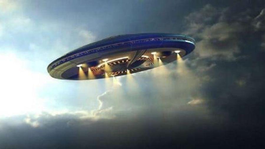 UFO xuất hiện trên bầu trời đêm của Hawaii trước khi 'lặn' vào đại dương?