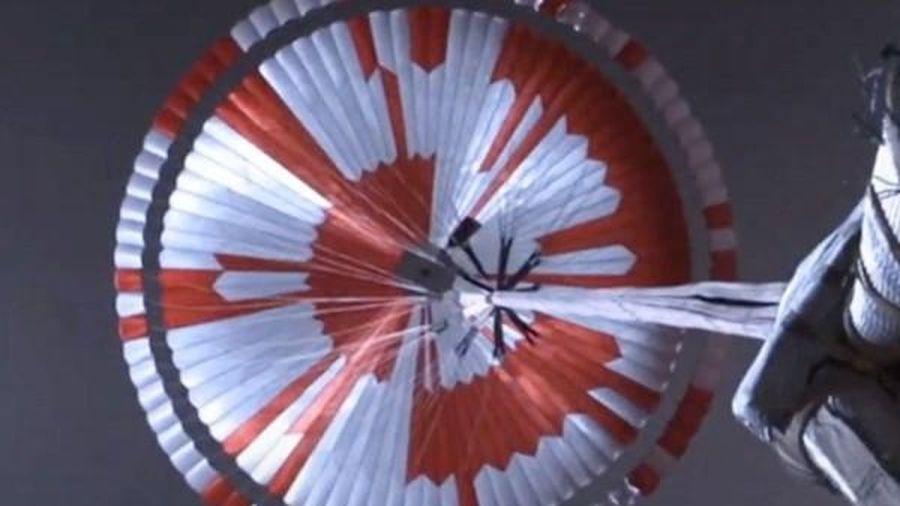 Màu sắc chiếc dù của tàu thăm dò sao Hỏa ẩn chứa thông điệp bí mật, nhưng cư dân mạng đã giải được