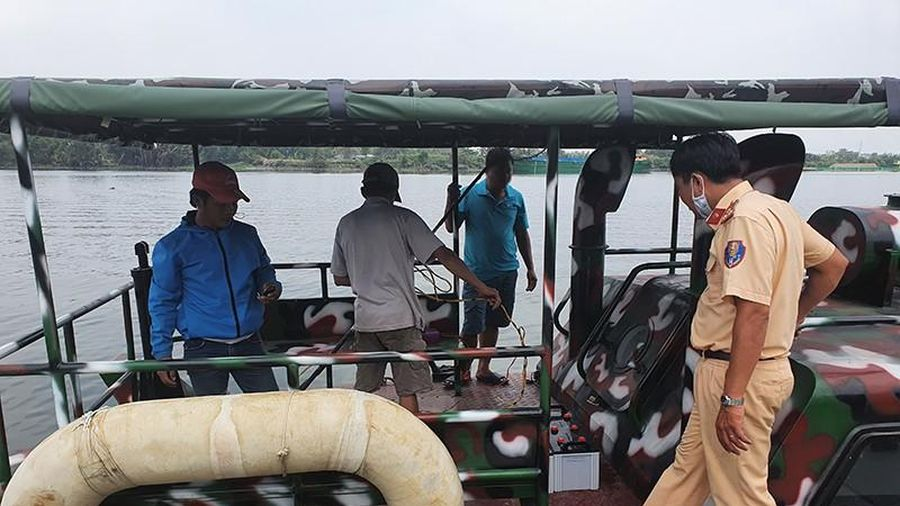 2 'cá tặc' đang chích cá trên sông Sài Gòn bị bắt tại chỗ