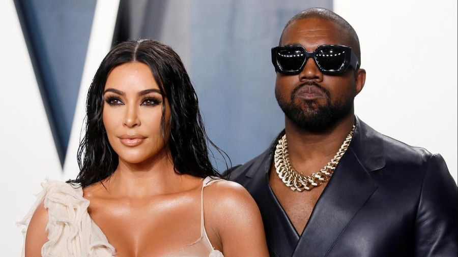 Kanye West tháo nhẫn cưới