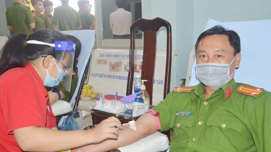 Hàng trăm cảnh sát hiến máu tình nguyện