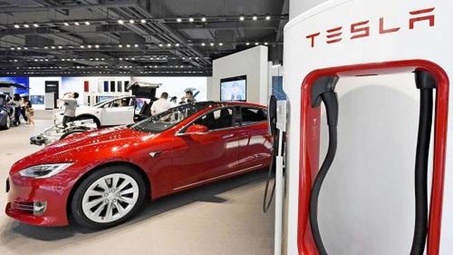Vì sao giá cổ phiếu Tesla trượt dốc?