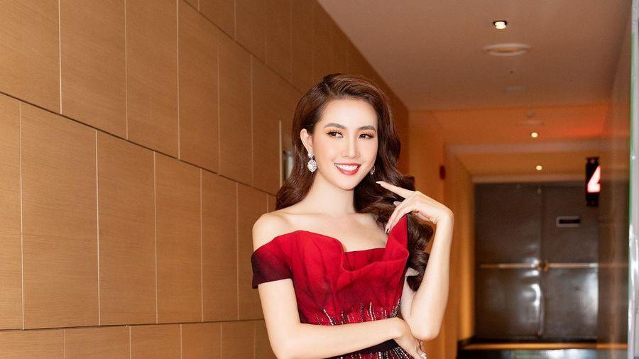 Phan Thị Mơ diện đầm đỏ như đóa hồng nhung, tiết lộ về cảnh 'tắm tiên'