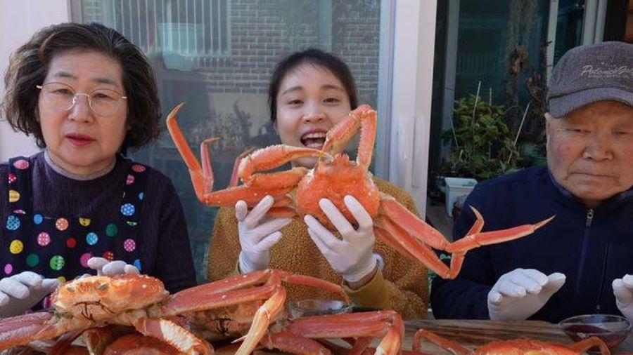Gia đình cô dâu Việt rôm rả ăn 9 triệu đồng cua tuyết giữa trời Hàn âm độ