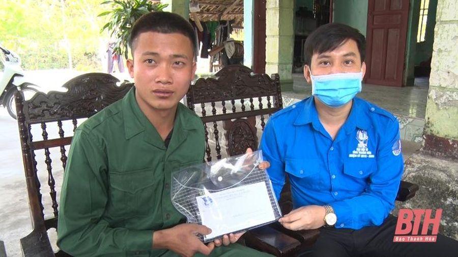 Thị Đoàn Nghi Sơn trao quà cho thanh niên có hoàn cảnh khó khăn chuẩn bị lên đường nhập ngũ