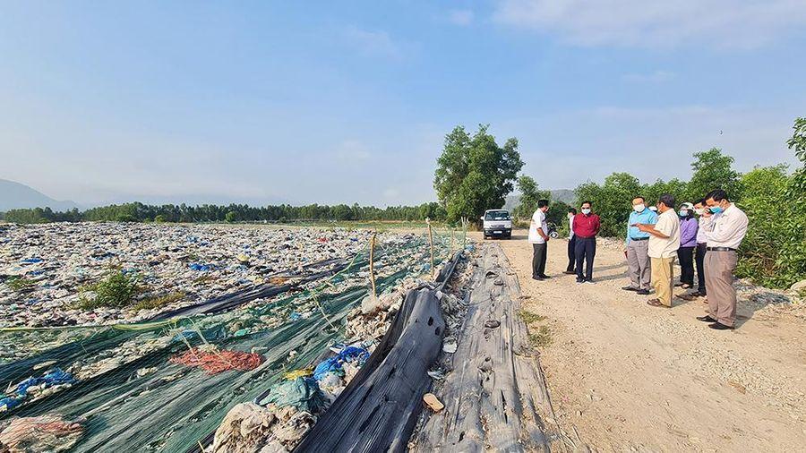 Bí thư Huyện ủy Tịnh Biên kiểm tra hoạt động bãi tập kết rác và các công trình xây dựng tại xã An Cư