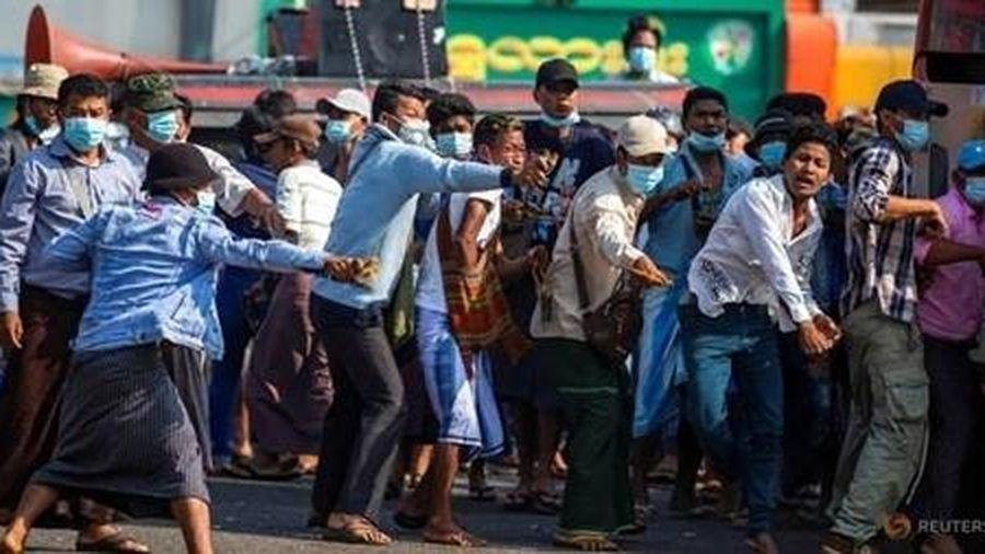 Đụng độ xảy ra giữa những người biểu tình trên đường phố Myanmar