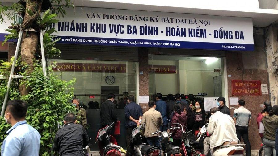 Văn phòng đăng ký đất đai tại Hà Nội tiếp nhận hàng trăm hồ sơ đất đai trong một ngày