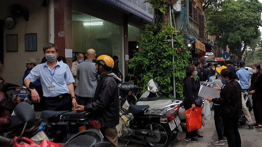 Người dân làm thủ tục tại chi nhánh văn phòng đăng ký đất đai các quận nội đô tăng