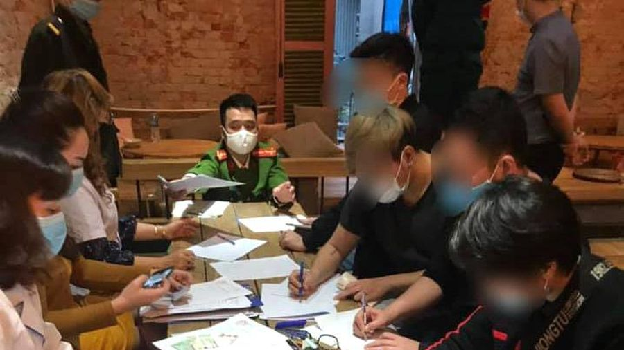 Hà Nội: Phạt 30 khách ngồi uống cà phê không đeo khẩu trang