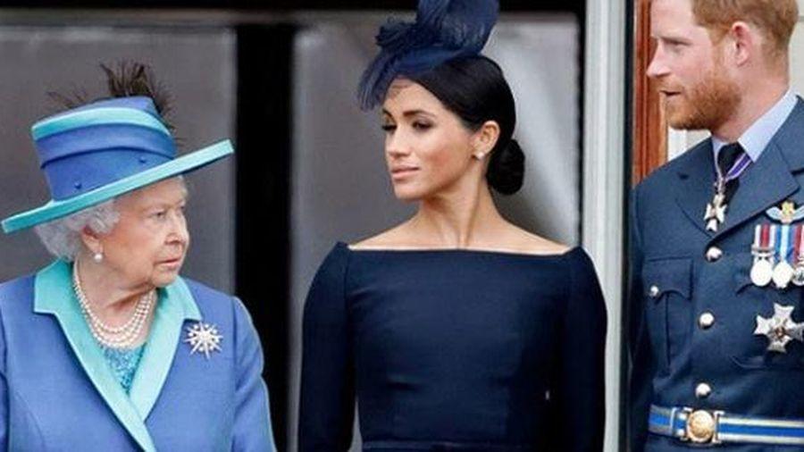 Trước khi tước quyền lực của Harry và Meghan Markle, Nữ hoàng Anh đã làm việc này